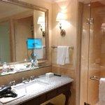 ТВ в ванной...ну не излишество?)