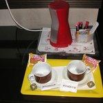 Bollitore con fornitura di tè e caffè solubile