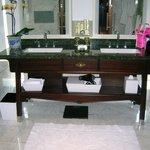 Deluxe One-Bedroom Suite Master Bathroom