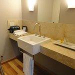 M buenos amenities, baño compartimentado super cómodo! La habitación tenía de hecho dos baños!!!