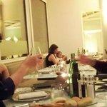 El niño que nos arruinó la cena. La madre, pasando de todo; el padre, mirando el móvil.