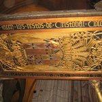 scritture che testimoniano la presenza di Cristoforo Colombo all'interno del sarcofago  con l'an