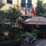 Вид на отель с Via dell'Arco