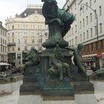 Il gruppo scultoreo al centro della fontana