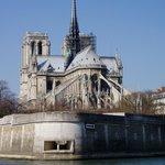 Notre-Dame von der Seine gesehen