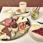 Бранч, малиновый пирог, чай латте и лимонад