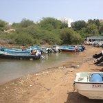 petit port de pêcheurs au début de la plage