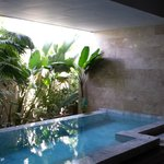 Poolvilla ohne Fenster und sehr teuer