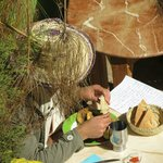 Gast beim gemütlichen Essen im Garten