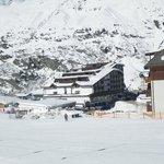 Blick vom Skilift auf das Hotel