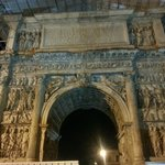 L'Arco di Traiano di notte