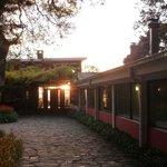 Hoteleingang gegen den Sonnenuntergang