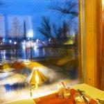 Вид на город и озеро из окна ресторана при отеле