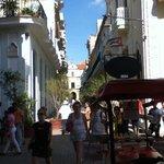 Vista desde la Plaza Vieja hacia una de sus calles.