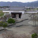 6. 天守台から本丸跡の本丸櫓門方面を望む