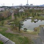 7. 天守台から本丸庭園方面を望む