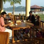 Frühstück auf der sonnigen Terrasse mit Blick zum See und swimming pool