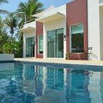 Husene set fra swimmingpoolen