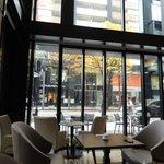通りに面した明るいカフェで朝ごはんを頂きました。
