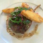 la côte d'agneau farcie aux légumes de Provence, cabécou fondant, jus tranché à la noisette