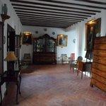 Een van de authentiek ingerichte kamers .