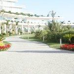 Общий вид отеля, дорога к летней террасе ресторана