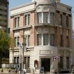 旧加藤商会ビル右手にタイ国旗が見える