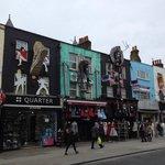 Längst med gatan i Camden town finns mycket att titta på...