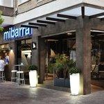 Restaurante de Cocina Mediterránea con gran terraza exterior.