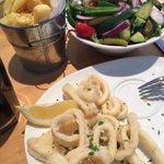 Fritas, salada e lula frita