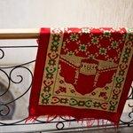 Интерьер. На этаже время от времени сушатся одеяла и молельные коврики