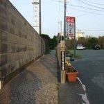 ケープパークの遊歩道で最も狭い小径、左の塀は御前崎灯台の囲い