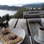 Chocolate con waffle de dulce de leche