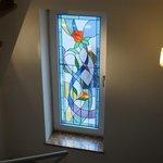 Elegante finestra in vetro colorato all'interno delle scale