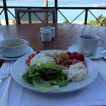 テラス席で海を見ながらの朝食は最高です