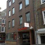 Entrada del hotel, a una manzana te encuentras con la gran calle Bishopsgate,
