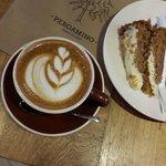 Capuccino y torta de Zanahoria. Una combinación clásica en Pergamino Café