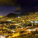 La pequeña colina denominada el Panecillo y el Centro Histórico de Quito