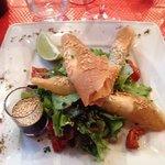 Forret: Rejer i fillodej med salat, sesam og fennikel