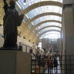 La galleria centrale del museo, vista dal basso