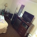 Armário, mesa, TV a cabo, frigobar e microondas