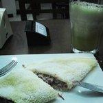Beiju de tapioca de charque e catupiry e suco de abacaxi com hortelã