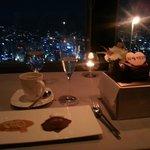 식사 후, 디저트로 나온 기념일 케잌과 커피. 그리고 서울 야경의 모습