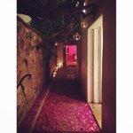pasillo gotas cristal con flores en el piso.. increíble!!!