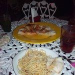 Focaccia, pan de pizza con ajo y aceite. Pasta aglio e olio.