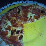 Pizza piccante, salami y champiñones.
