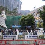 工事中のお寺と二つの観音像