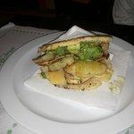 Arepa de pollo, piña, aguacate y queso