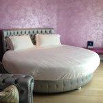 camera con letto rotondo