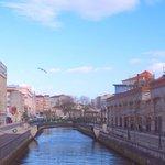 O Forum foi construído ao lado do Canal Central, um cenário de eleição que serpenteia à sua volt